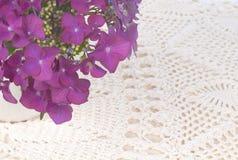 L'hortensia de plan rapproché fleurit dans un vase sur la nappe blanche avec la zone de fond, la pièce ou l'espace blanche pour la Images stock