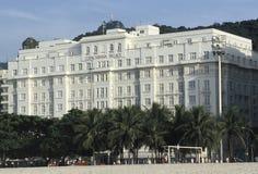L'hotel del palazzo di Copacabana con la statua di Cristo il riacquisto Fotografia Stock