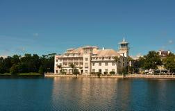 L'hotel della Boemia di celebrazione Riva del lago appollaiata nella città affascinante della celebrazione fotografie stock libere da diritti