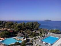 l'hotel riunisce le palme degli alberi del mare dell'estate del sole Fotografia Stock Libera da Diritti