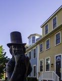 L'hotel storico e la statua bronzea di Charlottetown del padre di confederazione in principe Edward Island, Canada immagine stock libera da diritti