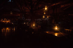 L'hotel sul fiume Kwai di notte Fotografie Stock Libere da Diritti
