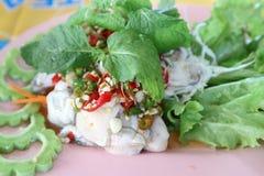 L'huître rôtie avec de la sauce à piment, à oignon, à citron et à poissons a mis dans un plat en plastique image libre de droits