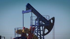 L'huile de pompes de plate-forme pétrolière banque de vidéos