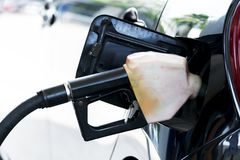 L'huile est fonctionnement, envoyant l'huile dans le réservoir de carburant du ` s de voiture image libre de droits