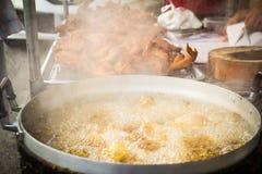 L'huile pour le poulet frit bout dans le pot, Photo stock