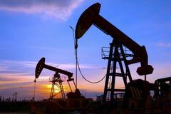 L'huile refoulent le coucher de soleil Image libre de droits