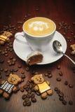 L'humeur de vintage, cappuccino sur le dessus avec l'art de latte d'ours s'est trouvée sur la table brune, latte de café d'amour Image stock