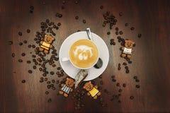 L'humeur de vintage, cappuccino sur le dessus avec l'art de latte d'ours s'est trouvée sur la table brune, latte de café d'amour Photo stock