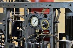 L'hydraulique huile la station sur la machine-outil sur l'équipement industriel  Système de lubrification avec de l'huile sous pr images stock