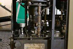 L'hydraulique huile la station sur la machine-outil sur l'équipement industriel  Système de lubrification avec de l'huile sous pr photo libre de droits