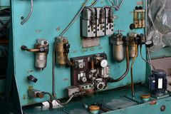 L'hydraulique huile la station sur la machine-outil sur l'équipement industriel  Système de lubrification avec de l'huile sous pr photos libres de droits