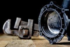L'hydraulique, outils pour le plombier sur la table en bois L'atelier, ajournent a image libre de droits