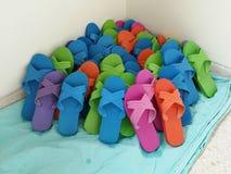 L'hygiène colorée chausse les sandales en caoutchouc de la salle d'opération images libres de droits