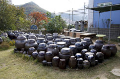 L'iarda anteriore della casa coreana del villaggio stona le salse di tradizione Immagine Stock