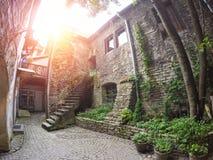 L'iarda del monastero domenicano nella vecchia città Tallinn, Estonia immagini stock libere da diritti