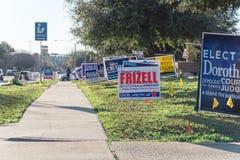 L'iarda firma alla via residenziale per il giorno di elezioni primarie in dal Fotografie Stock Libere da Diritti