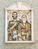 L'icona del mosaico di Cyril e di Methodius nell'edificio scolastico eponimo in Bourgas, Bulgaria Fotografie Stock