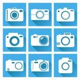 L'icona della macchina fotografica ha messo su fondo blu con ombra lunga Fotografia Stock