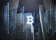 L'icona di Bitcoin ed il codice binario allinea in cielo nelle costruzioni della città 3D Fotografie Stock