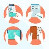 L'icona ha messo con le mani che tengono la carta di credito, smartphone Fotografia Stock