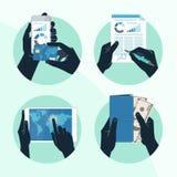L'icona ha messo con le mani che tengono la carta di credito, smartphone, soldi Immagini Stock