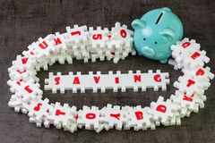 L'idée économisante pour la cible financière, puzzle blanc de puzzle d'abondance avec des alphabets combinent le mot ÉCONOMIE et  photo stock