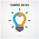 L'idée créative et la poignée de main d'ampoule signent le fond de concept Photos stock