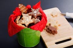L'idée DIY le font vous-même nouvelle année et des biscuits de sucre de beurre de concept de cadeau de Noël avec la décoration ro Images stock