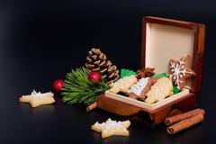 L'idée DIY le font vous-même nouvelle année et des biscuits de sucre de beurre de concept de cadeau de Noël avec la décoration ro Photos libres de droits