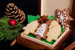 L'idée DIY le font vous-même nouvelle année et des biscuits de sucre de beurre de concept de cadeau de Noël avec la décoration ro Photographie stock libre de droits