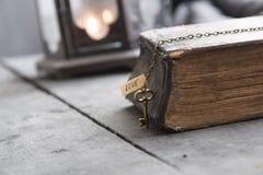 L'idée, la bible et la clé de religion avec le mot aiment Photo libre de droits