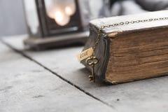 L'idée, la bible et la clé de religion avec le mot aiment Photographie stock libre de droits