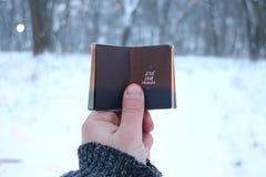 L'idée vivante de voyage d'amour, voyageur tient un livre dans sa main avec l'inscription, photos brouillées pour le fond Photographie stock libre de droits