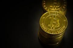 L'idea virtuale dorata di immagine della moneta di valuta di Bitcoins per tale a Fotografia Stock Libera da Diritti