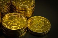 L'idea virtuale dorata di immagine della moneta di valuta di Bitcoins per tale a Immagini Stock