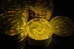 L'idea virtuale dorata di immagine della moneta di valuta di Bitcoins per tale a Fotografie Stock