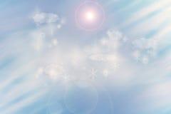 L'idillio dell'inverno del fondo del grano con le nuvole e la neve si sfalda Immagini Stock Libere da Diritti