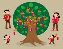 L'idole chinoise de lancement empaquettent sur l'arbre de souhait et font des souhaits Image stock