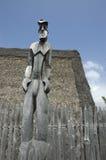 L'idole de Tiki a découpé sur le bois. Photos libres de droits