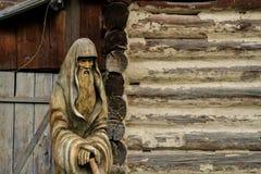 L'idole en bois garde la paix à la maison La vie dans un village russe photos libres de droits