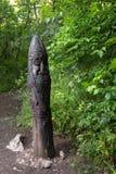 L'idole en bois garde sur le chemin au temple du Sun - une puissance d'endroit sur la côte du sud Crimée Vue de montagne supérieu photos libres de droits