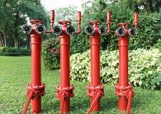 L'idrante antincendio rosso, inforna il tubo principale, il tubo di protezione antincendio per estinzione di incendio ed estingue Immagine Stock