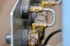 L'idraulica lubrifica la stazione sulla macchina utensile su attrezzatura industriale Sistema di lubrificazione con olio sotto pr fotografia stock
