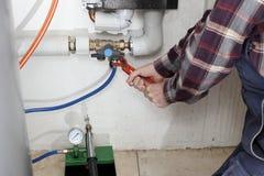 L'idraulico sta lavorando immagine stock