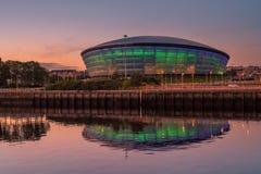 L'idro di SSE acceso in blu ed in verde e riflesso in Clyde River al tramonto immagine stock libera da diritti