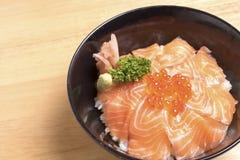 L'ikura saumoné mettent sur la table en bois Image stock