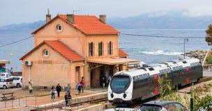 L ` ILE ROUSSE, CORSICA †'PAŹDZIERNIK 06 2018: Turyści i miejscowi przy Ile Rousse dworcem ruszają się wzdłuż platformy z pocią fotografia stock