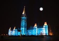 L'illumination de la Chambre canadienne du Parlement la nuit photo libre de droits