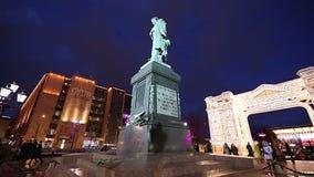 L'illumination de vacances de Noël et de nouvelle année au centre de la ville de Moscou Pushkin ajustent la nuit, Russie clips vidéos
